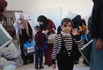 أطفال برنامج وجد مرحلة رياض الأطفال يستلمون ملابس شتوية